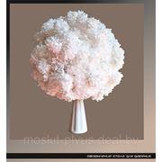 Свадебное оформление. Стол для дарения. Керамическая ваза с цветочной композицией фото