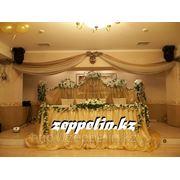 Кованная композиция драпированная тканью, украшение главного стола на свадьбу. фото
