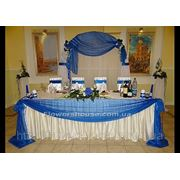 Свадебное оформление зала цветами. Свадебная арка, оформление свадьбы в бело-синем цвете. фото