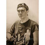 Портрет в подарок молодому человеку. Поясной портрет сухой кистью фото