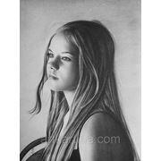 Чёрно-белый портрет девушки сухой кистью. фото