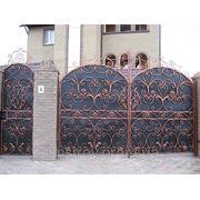 Ворота из листового металла с элементами ковки фото