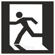 Знак безопасности Выход здесь (левосторонний) (Металл СВ) (E 01-01) П 200x200 фото