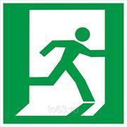 Знак безопасности Выход здесь (Пластик) (правосторонний) (E 01-02) 200x200 фото