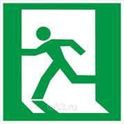 Знак безопасности Выход здесь (левосторонний) (E 01-01) 200x200 фото