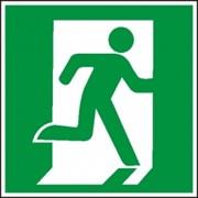 Эвакуационный знак, код E 01-02 Выход здесь правосторонний фото