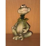 Фигурка Лягушонок с висящими ножками в штанах в заплатках, арт. 983074 фото