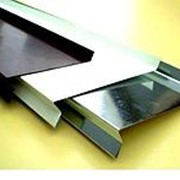 Отлив оконный металлический, окрашенный, простой. фото
