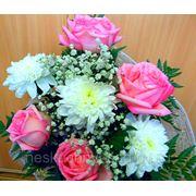 """Букет из розовых роз и одиночных хризантем """"С Днем рождения!"""" фото"""