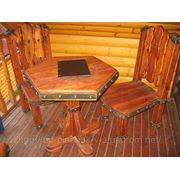 Деревянный стол и стулья под старину. фото