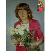 Женщина с фотографии в ярком платье с букетом роз фото
