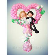 Сердце из шаров на стойке с фигурами жениха и невесты фото