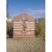 Семейный памятник из красного гранита фото
