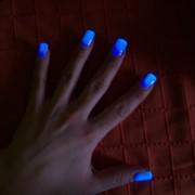 Светящийся в темноте лак для ногтей фото