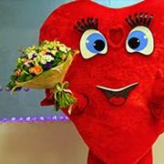 Сердце-курьер с букетом цветов фото