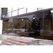 Стеклянный фасад из бронзового стекла фотография