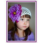 Белая ажурная шапочка ручной работы с сиренево-фиолетовым пионом 13 см фото