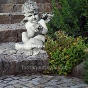 Ангел с букетом сидя фото