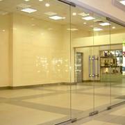 Дверь распашная/маятниковая стеклянная ORMAN с доводчиком, ручкой и замком в пол - комплект фурнитуры фото