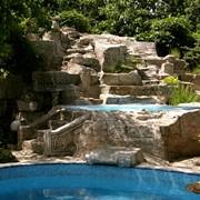 Водопад, искусственная имитация скальных пород фото