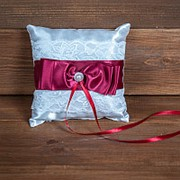 Свадебная подушечка для колец с бордовым бантом (арт. CR-210) фото
