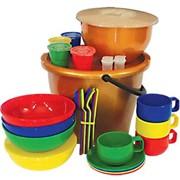 Посуда, столовые приборы, наборы одноразовой посуды, подложка. фото