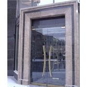 Двухстворчатая стеклянная распашная дверь фото
