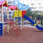 Игровой комплекс во дворе многоэтажки фото