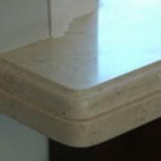 Торец подоконника из белого мрамора фото