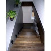 Лестница консольная из лиственницы с площадкой. фото