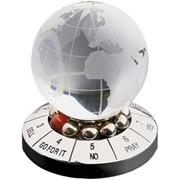 Десижн-мейкер со стеклянным шаром и картой мира фото