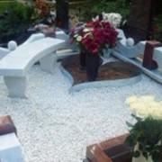 Подсыпка могил декоративным щебнем фото