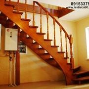 Лестница массив лиственницы , поворот на 90 гр.. поручень повторяет плавный изгиб косоура фото