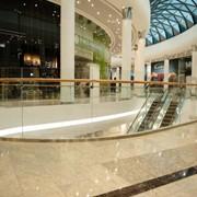 Стеклянная перегородка как элемент декора интерьера торгового центра и офиса фото