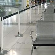 Мобильные оградительные столбики с вытяжной лентой или канатами для презентации фото