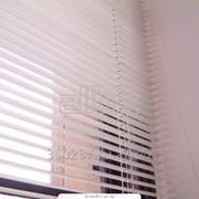 Жалюзи горизонтальные на пластиковые окна фото