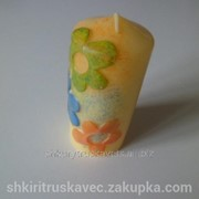 Свеча восковая, жёлтая, из цветками фото