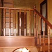 Лестница из массива дуба, с отбойной панелью, тонировка-красное дерево фото