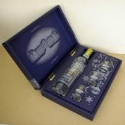 Сувенирная картонная упаковка (коробка) для водки. Набор: бутылка водки и 3 стопки. Фото 1. фото