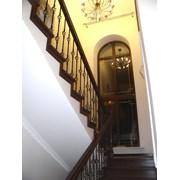 Лестница из бука с площадкой и коваными балясинами фото