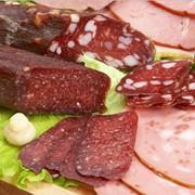 Колбасные изделия и деликатесы фото