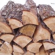 Дрова колотые дубовые навалом и уложенные фото