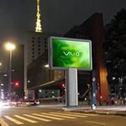 Реклама на видео экранах города, размещённых на улице фото