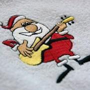 Вышивка на крое и готовых изделиях, кепках, полотенцах, постельном и столовом белье, изготовление эмблем. фото