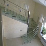 Лестница консольная со стеклянными ступенями фото