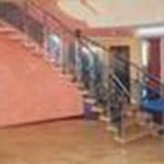 Одномаршевая криволинейная лестница на больцах и одном боковом косоуре фото