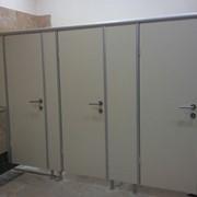 Туалетные кабинки для общественных санузлов фото