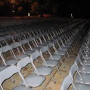 Аренда прочных стульев для массовых мероприятий и любых погодных условий фото