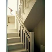 Белоснежная лестница на бетонном основании фото