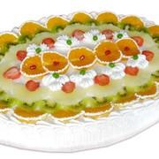 Торт Йогуртовый сливки с клубникой. Белый бисквит пропитан сиропом, прослоен взбитыми сливками, клубничным конфитюром и консервированными ананасами. фото